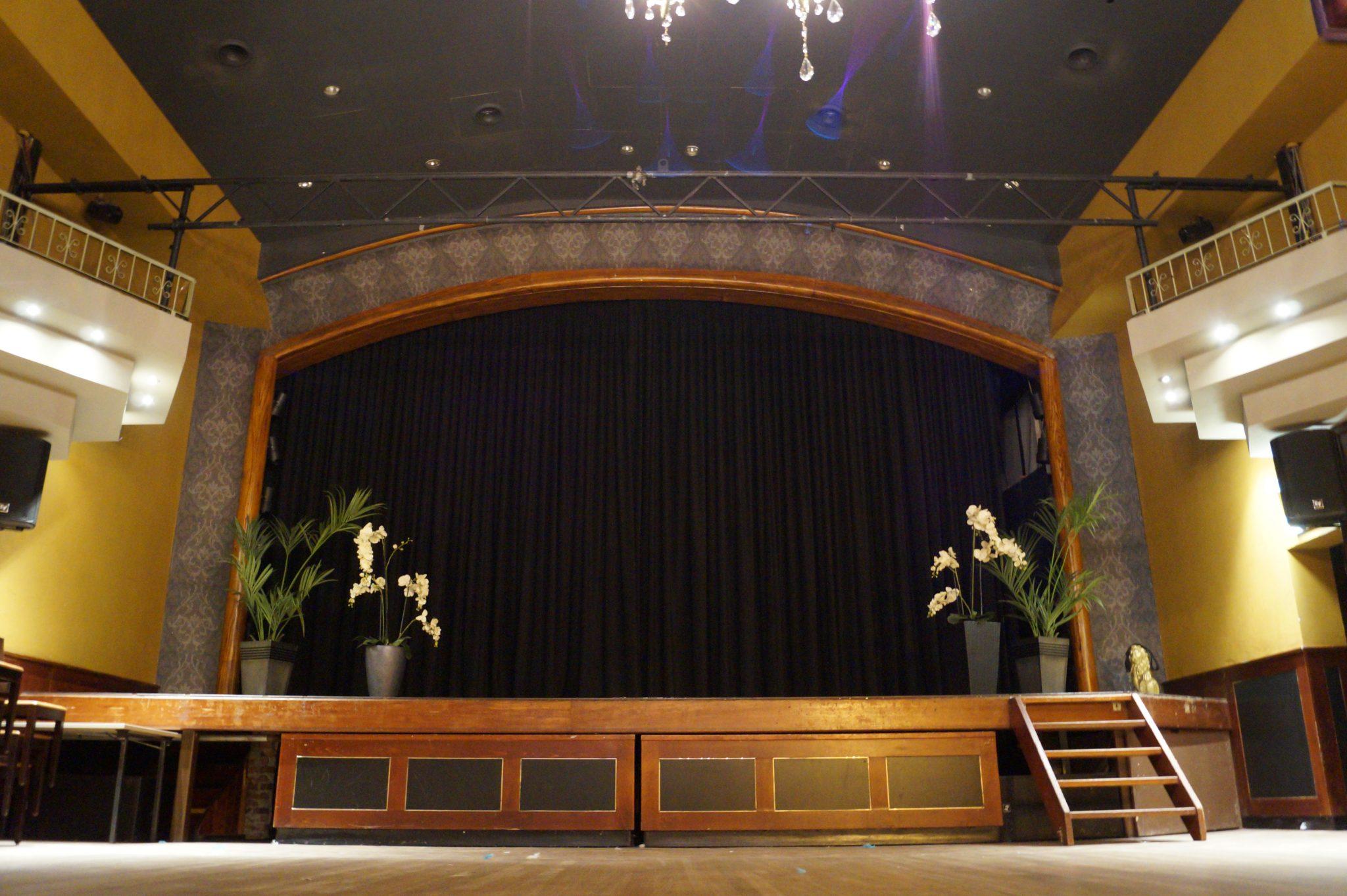 Podium in de grote zaal.